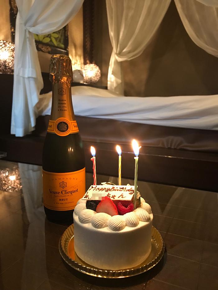 シャンパンと誕生日ケーキ