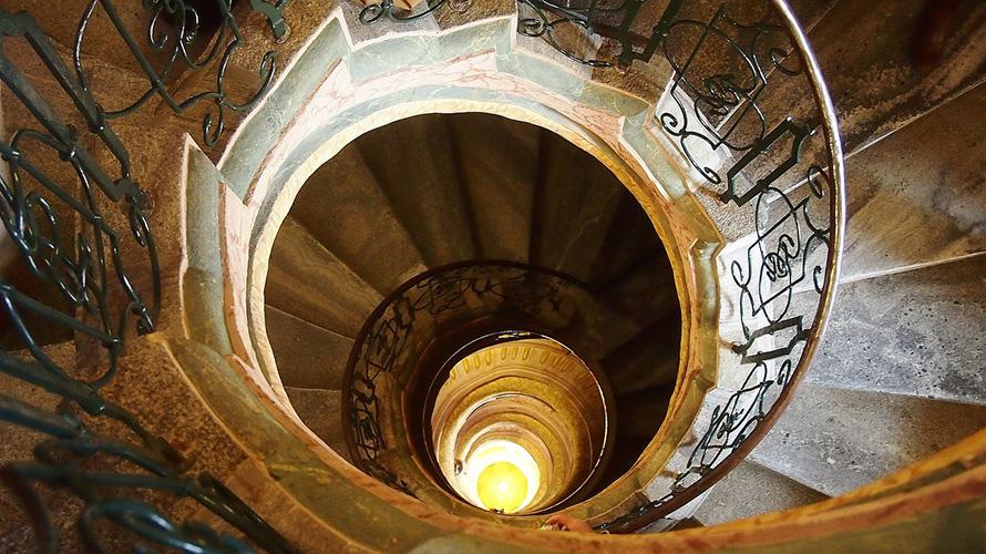 螺旋階段でキス
